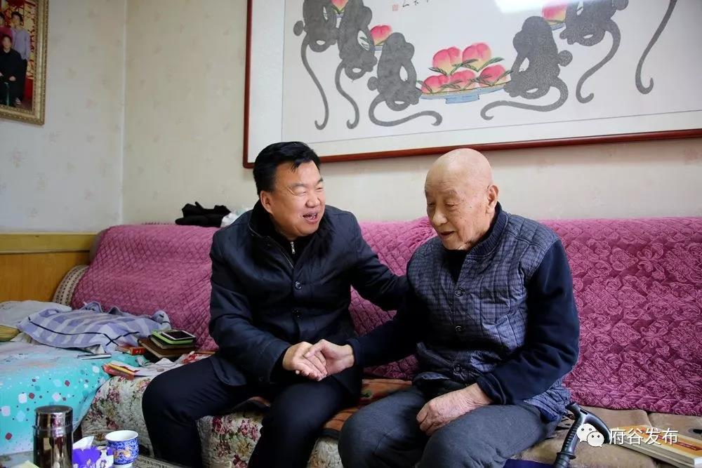 王乃延、雷江�走�L慰��退休老干部和一�工作人�T
