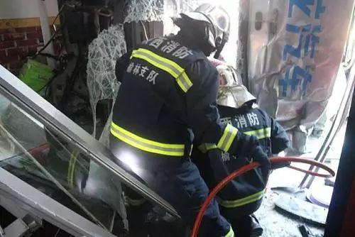 榆林一甲醇罐车闯进民房,驾驶室内有一人被困!