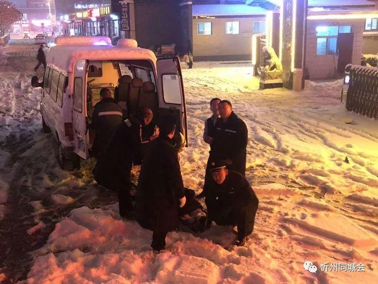 忻州:大雪中,火�站上演了一�鲶@心�悠堑纳�死�I救!
