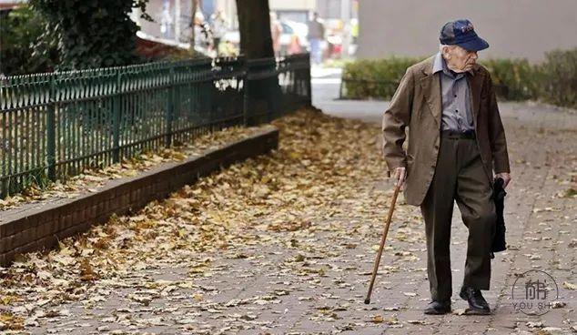 """那个被骂""""为老不尊""""的老人,暴露了一代人的窘境"""