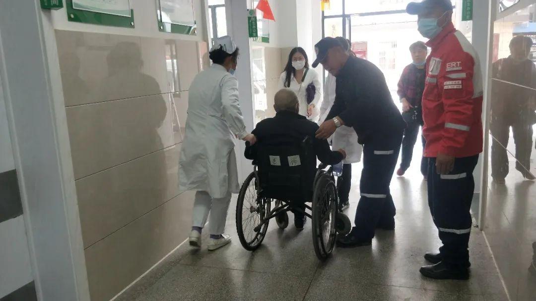 宿州:游客突�l急�Y志愿者及�r送�t治��