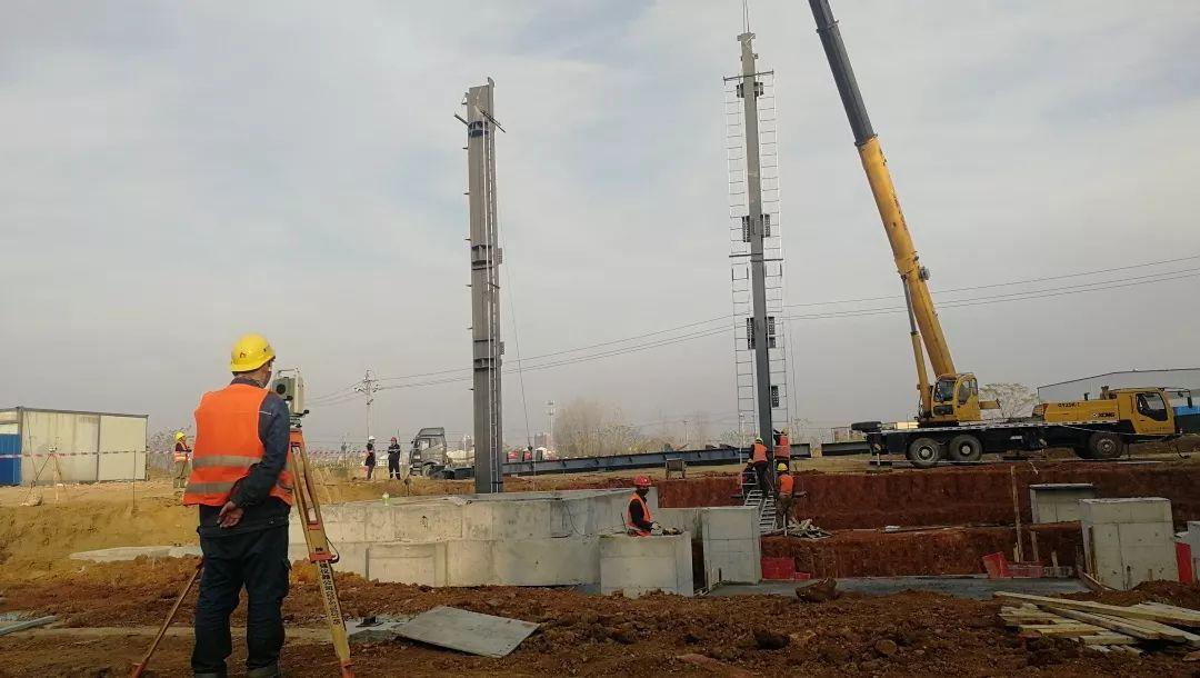 中��恩菲投�Y并�承包的孝感市固�w�U物�置中心�目焚��主�S房第一根�柱吊�b完成