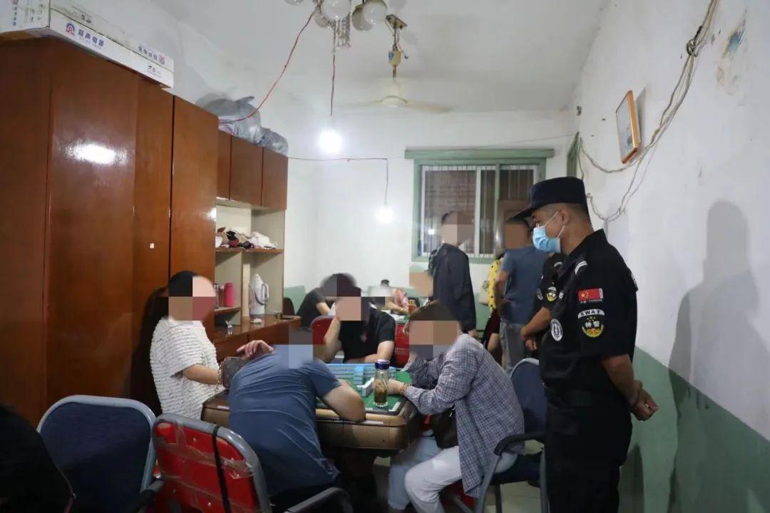 信阳警方在某小学后门成功捣毁一赌博窝点...