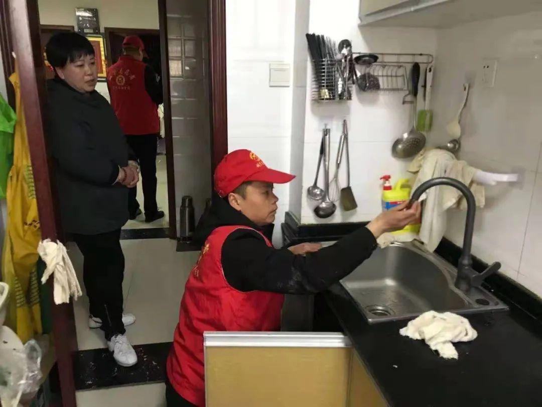 """宿州供水:清明假期""""用水管家""""�h�T志愿者走�M明珠小�^"""