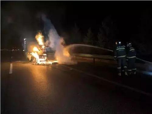 凌晨高速上拉煤粉车轮胎着火货车尾部被烧毁