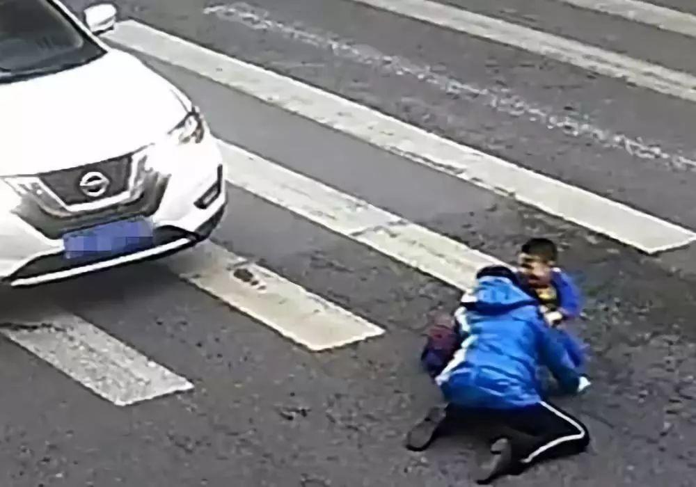 【暖】母子�z斑�R�上被撞倒,小男孩一���幼髁钊�尤�