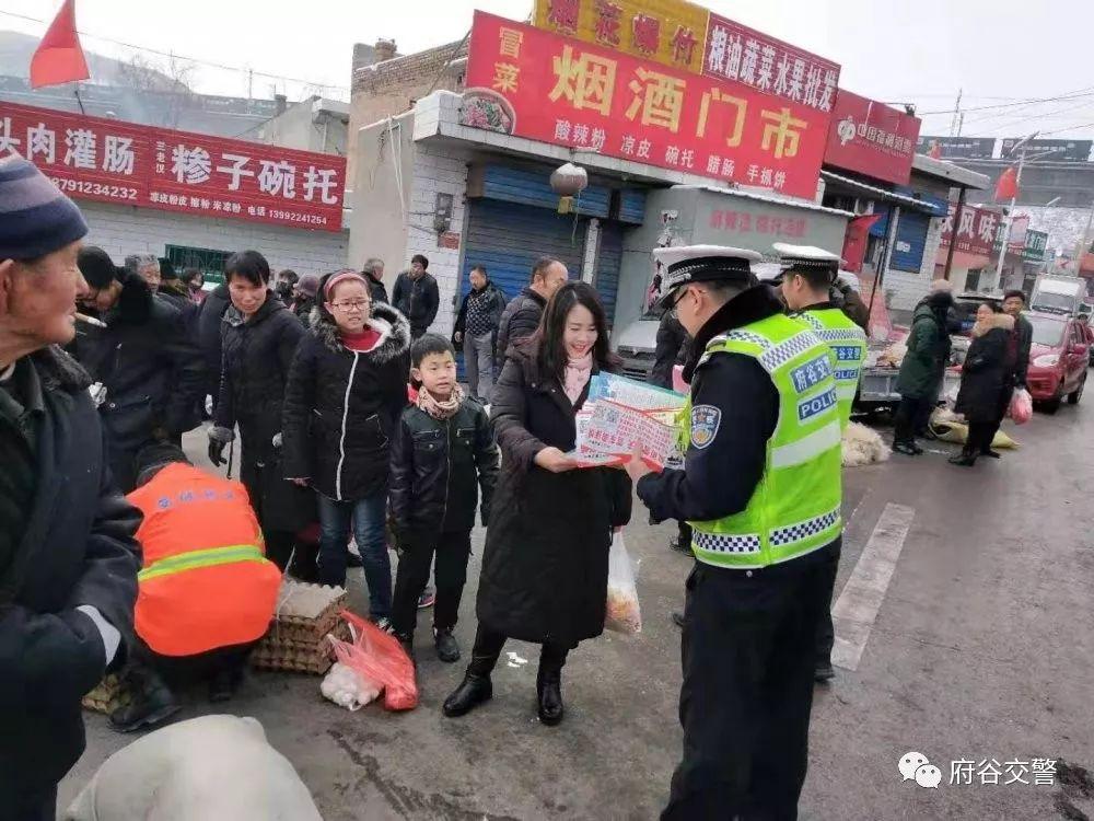 孤山交警走进集市开展春运交通安全宣传活动