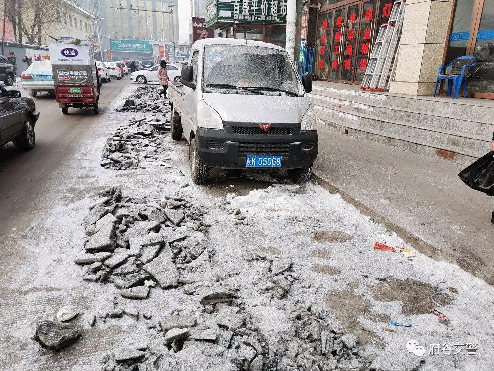 城区交警加强冰雪天气事故多发路段安全隐患排查工作