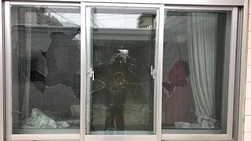 榆林一男子因感情�m�酒后持斧�^怒砸他人��v和房屋被拘留!
