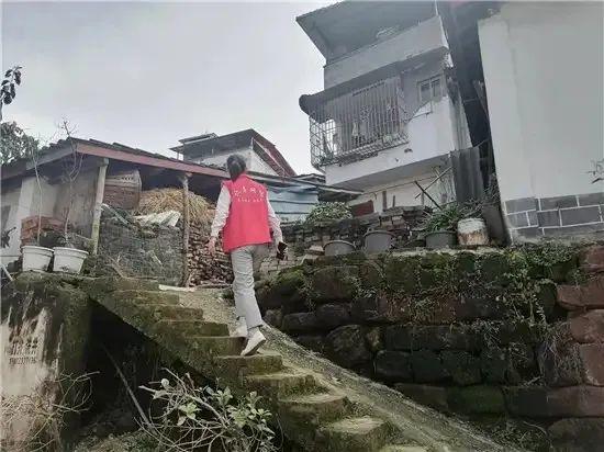 """仁寿一民房地基被大水""""掏空""""房屋出现倾斜状态"""