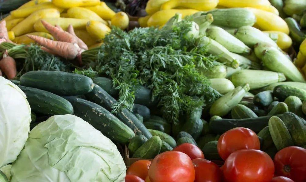 夏天一到,一大批各类新鲜的蔬果上市,吸引...