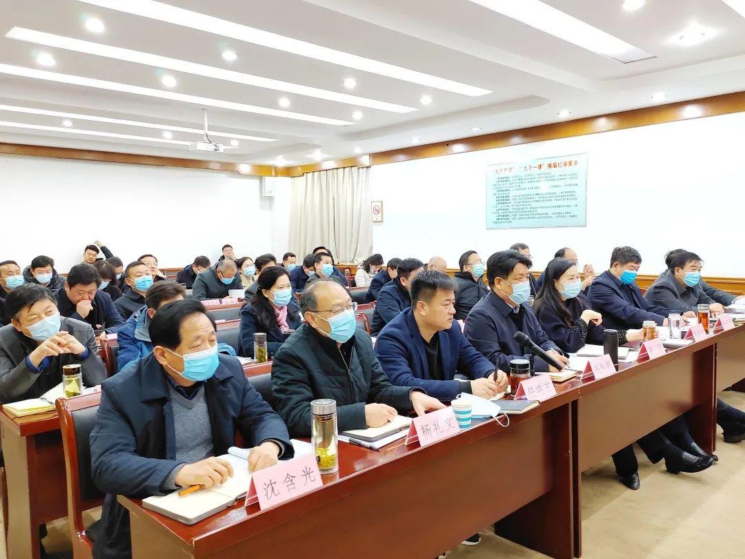 王启荣主持召开区委理论学习中心组学习(扩大)会议