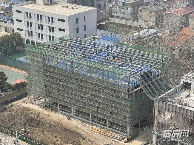 """皖北医院西侧""""智能停车楼""""主体实现封顶"""