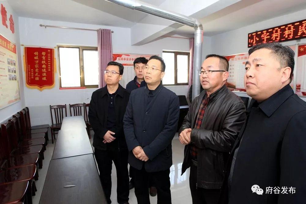 �h委���李新功走�L�困村