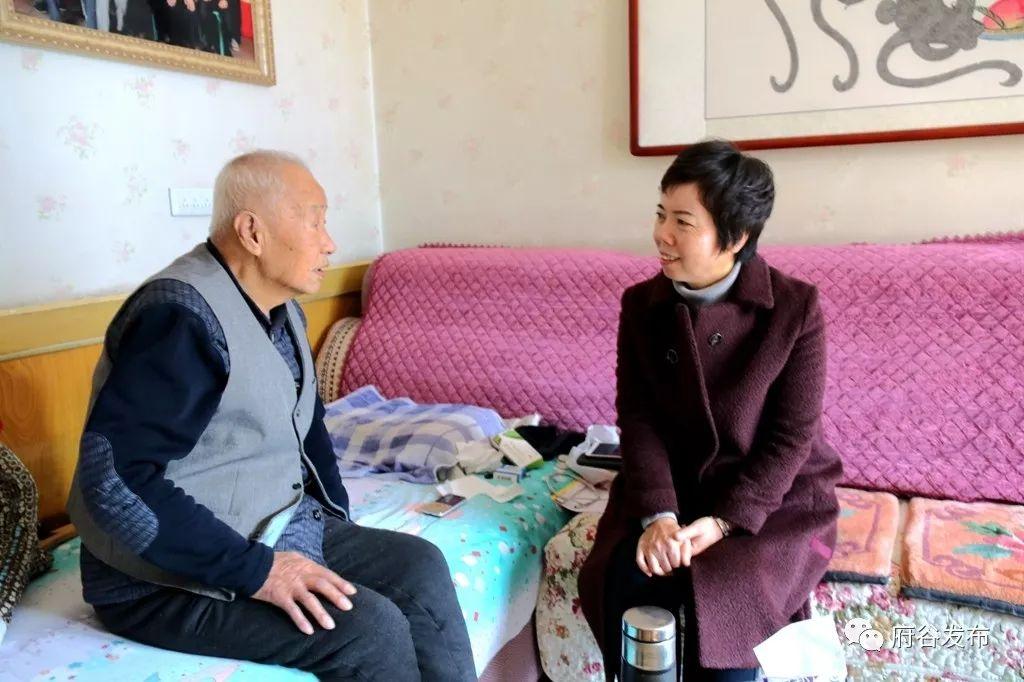杨艾霞走访慰问退休老干部、困难职工、老党员、特困户、优抚户和贫困母亲