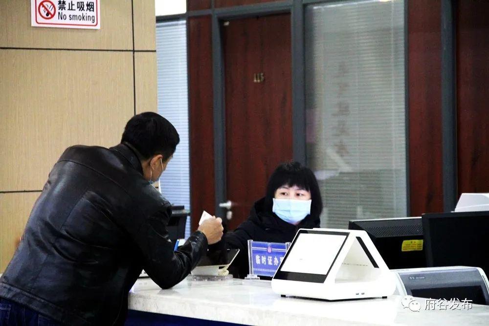 府谷县行政审批服务局:疫情防控、业务办理两不误