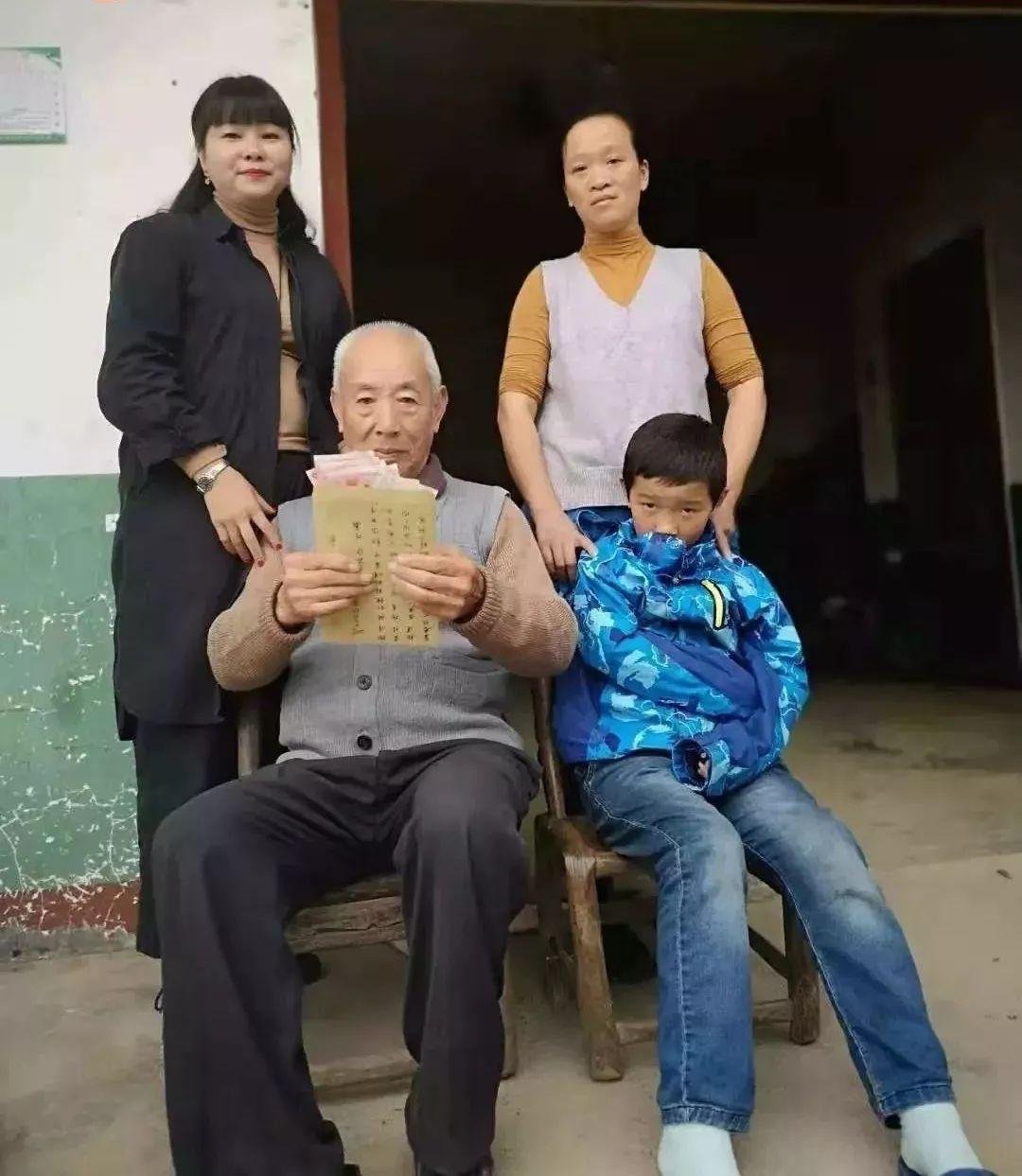 """儿子去世后,老人突然多出26个""""子女"""",每月给他送钱"""