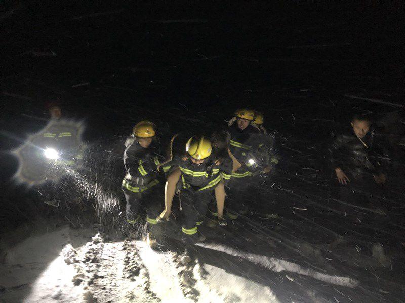 忻州4名消防员感动全城,暴雪中背女子负重前行!