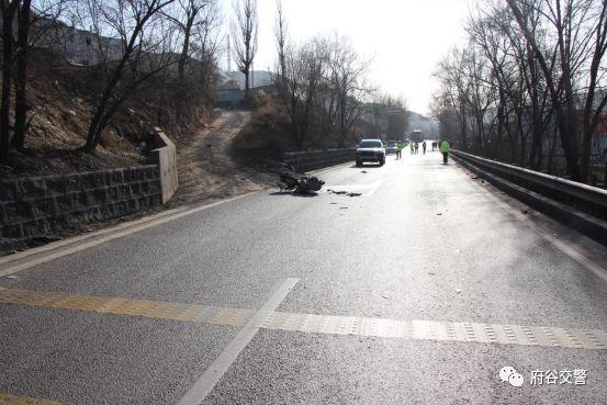 为抄近路丧命值得吗?新民镇发生一起二轮摩托车与小型汽车相撞事故!