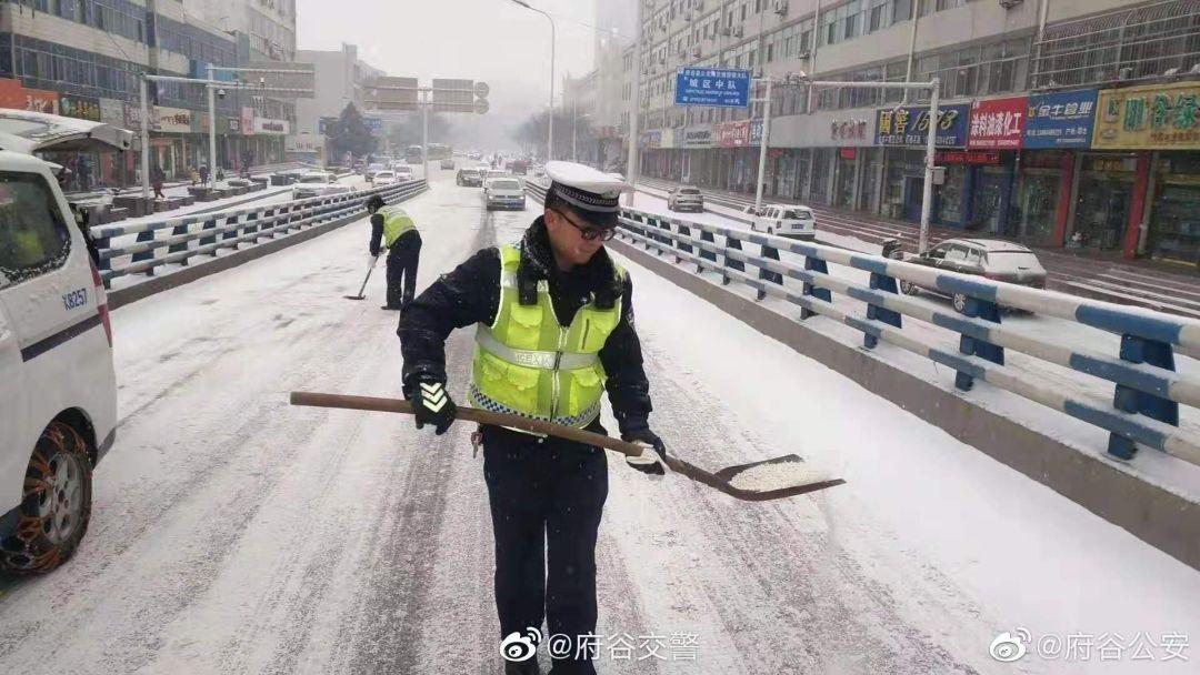 �c�!府谷最美的不是下雪天,而是�P冰除雪、推�解困的�@群人!