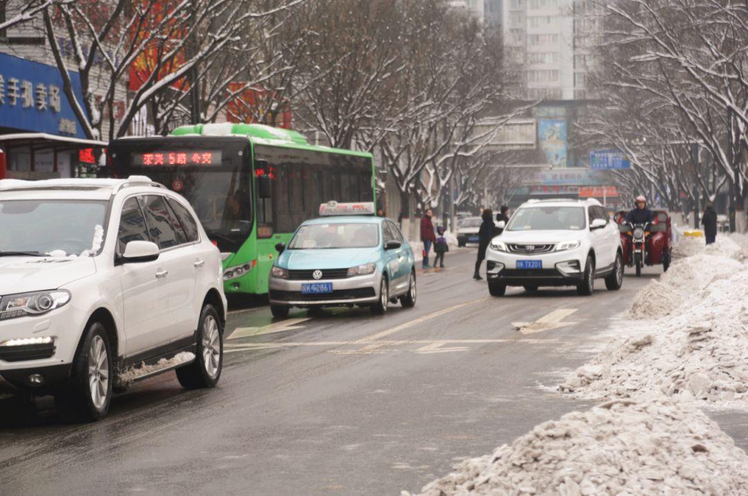 雪后府谷,街�^�F一群�嘏�的人!�哐┏�冰,全民在行��~