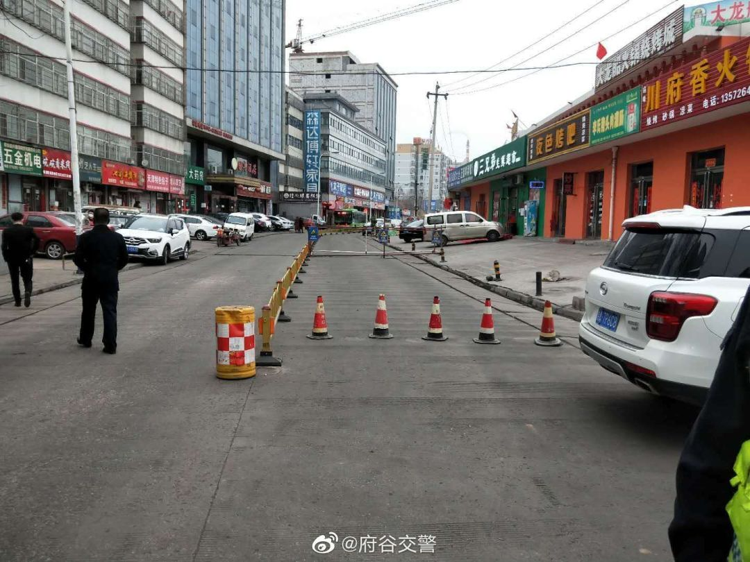 路况 府谷县高石崖百安美居路段路面下沉正在施工维修,途径车辆请绕行!