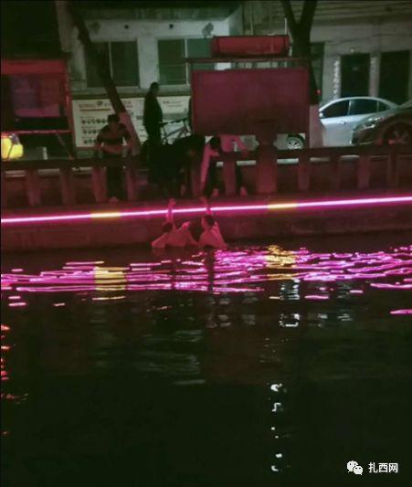 威信一女子跳入情人�蚝又校�男子�^不�身地跳入河中救跳水女子