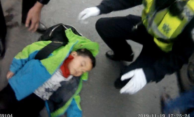 小男孩卷入公交车底