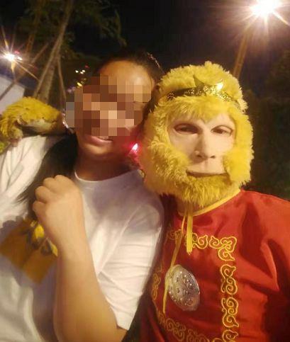 """昭通陡街2只""""猴子""""�}�_路人,拉人拍照20元,不要上��"""
