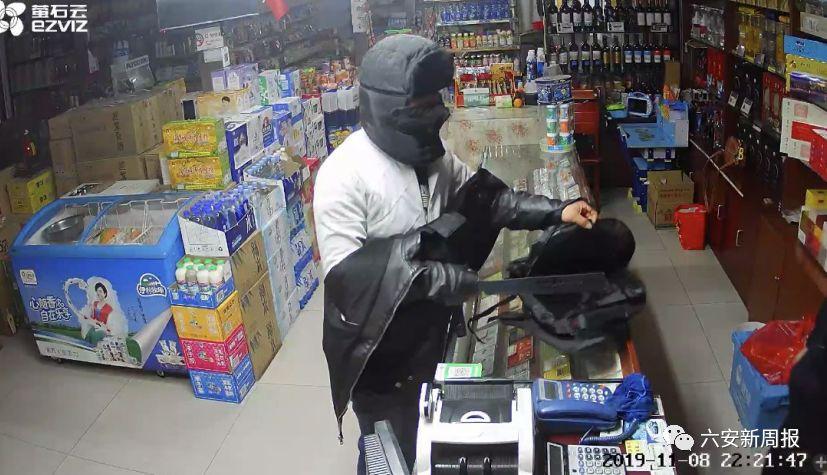 监控曝光!六安一男子蒙面持刀抢劫被抓……