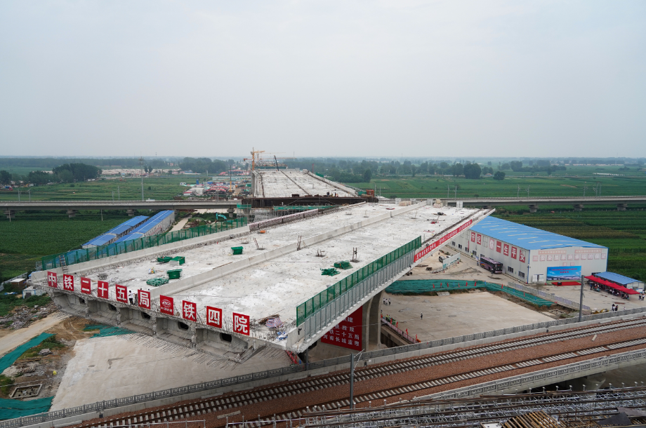 """万吨大桥顺利转体!郑州航空港区中轴线""""咽喉""""工程贯通"""
