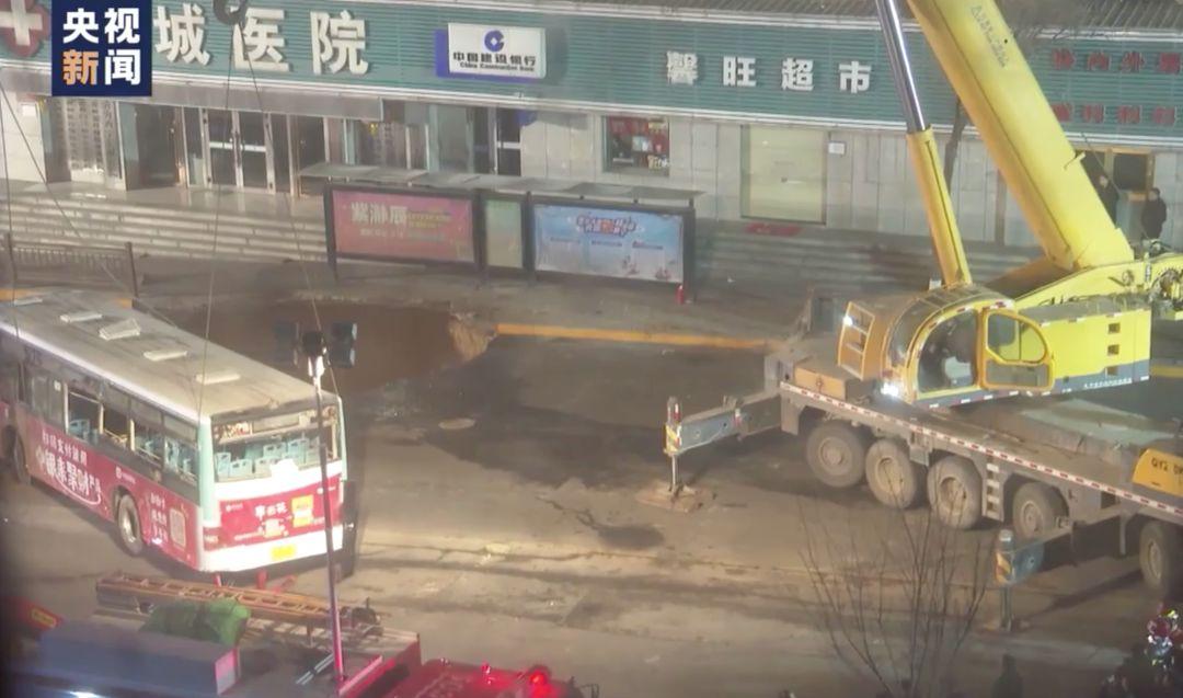 西宁路面塌陷,河南老乡爆炸中救出3人!全身多处骨折