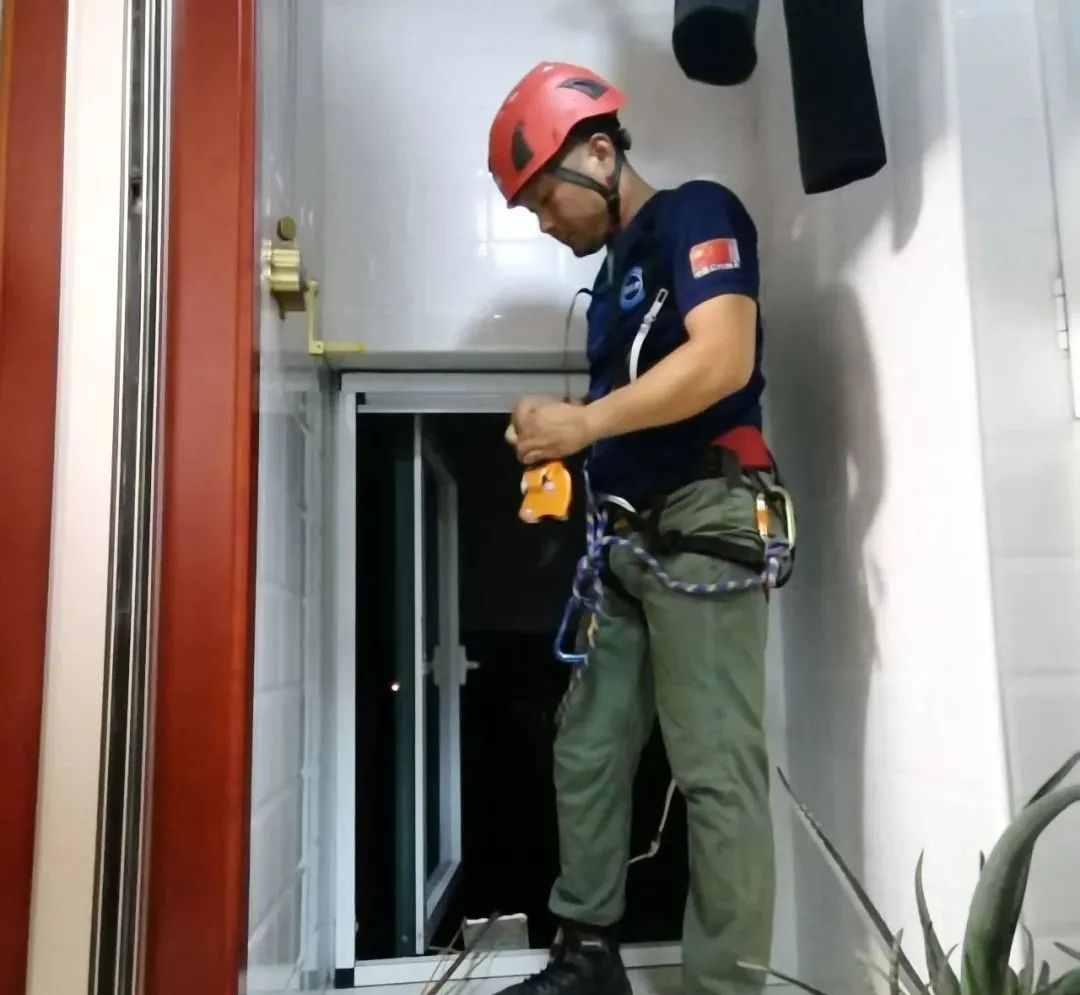 新郑两岁男童被反锁屋内,蓝天队员紧急救援!