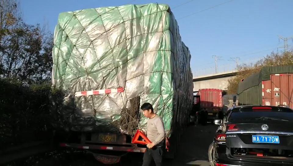 西汉高速突发货车连撞5车事故!
