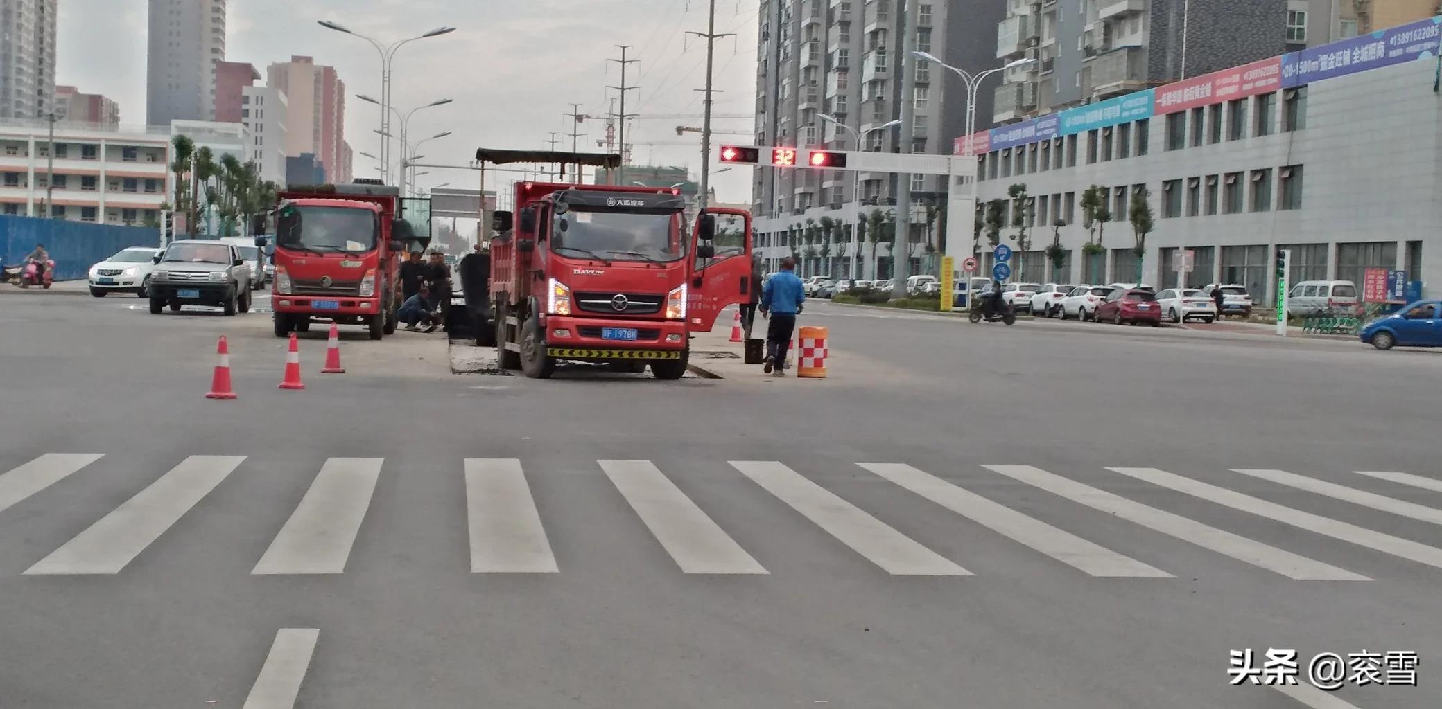 �h�_�^�h��路�c梁州路十字路口,正在施工中