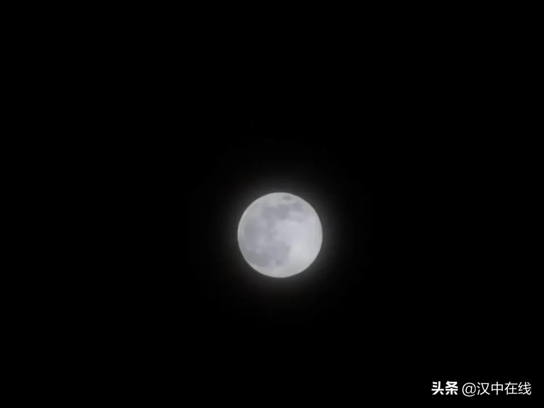 """昨日凌晨,""""超�月亮""""再�F夜空,今年�有�纱�"""