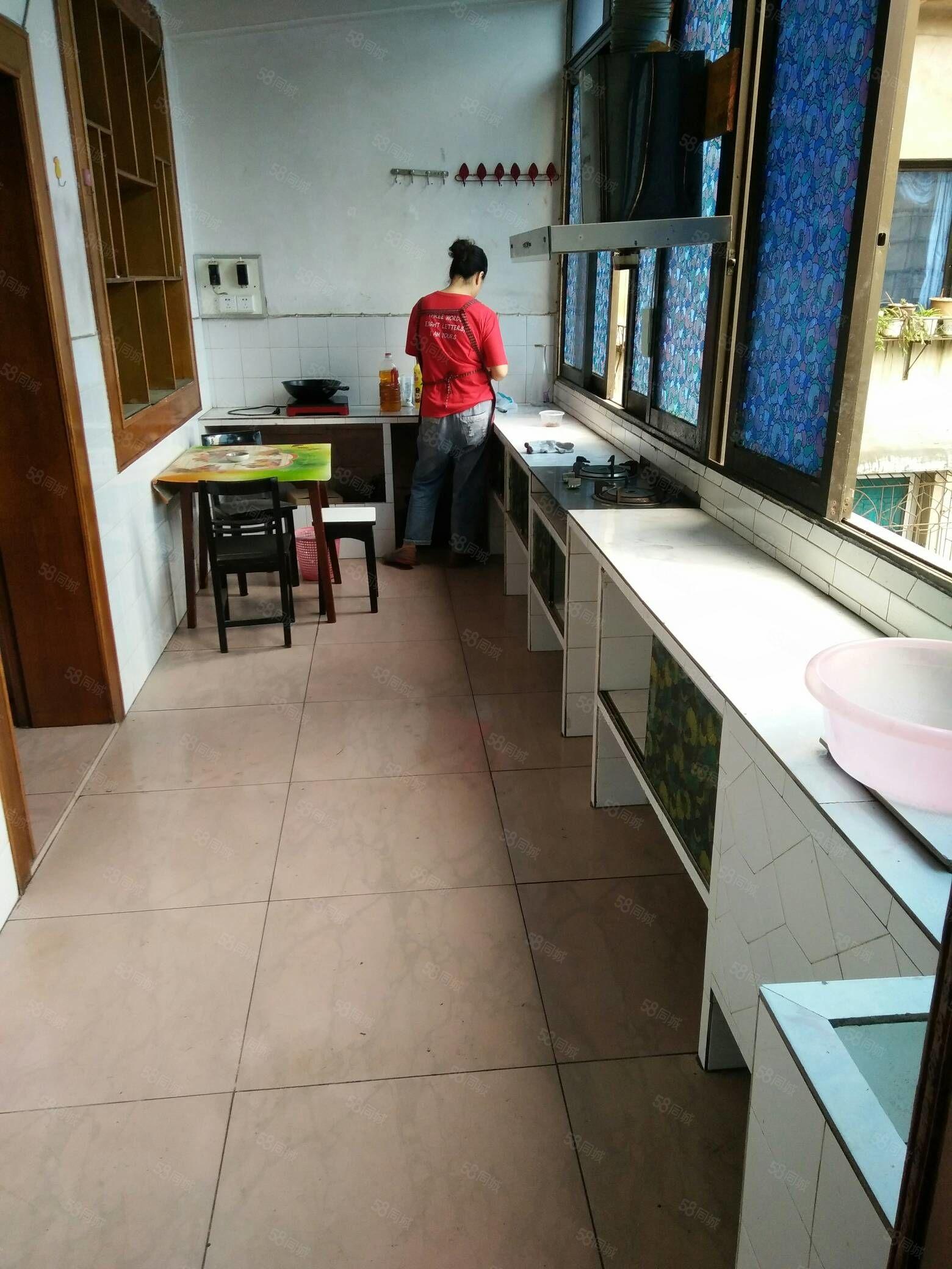 房?#28216;?#20110;杨柳井5楼,3室2厅1厨1卫,家具家电齐全。