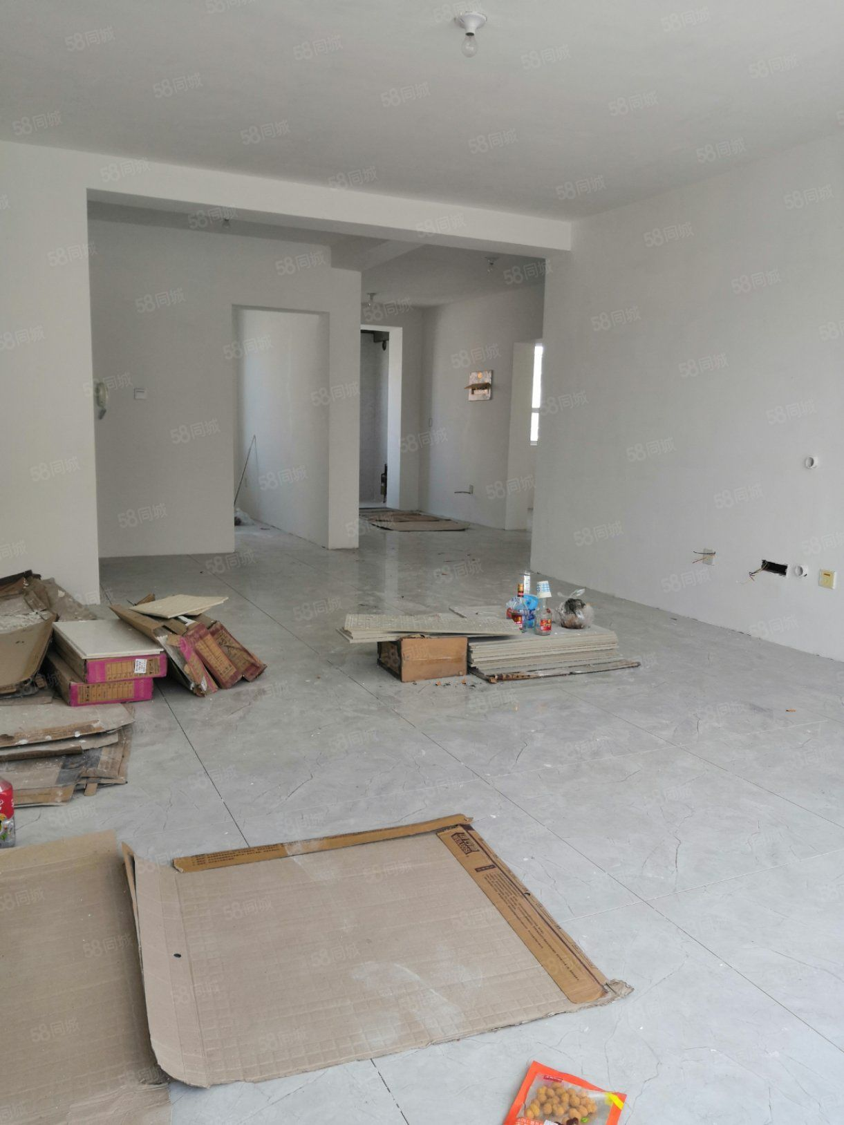 南岸新区多层三楼半装三室总价低户型好