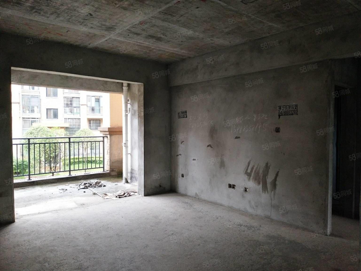 江南美邸步梯2楼,赠送一个大平台使用面积130多,价格可谈