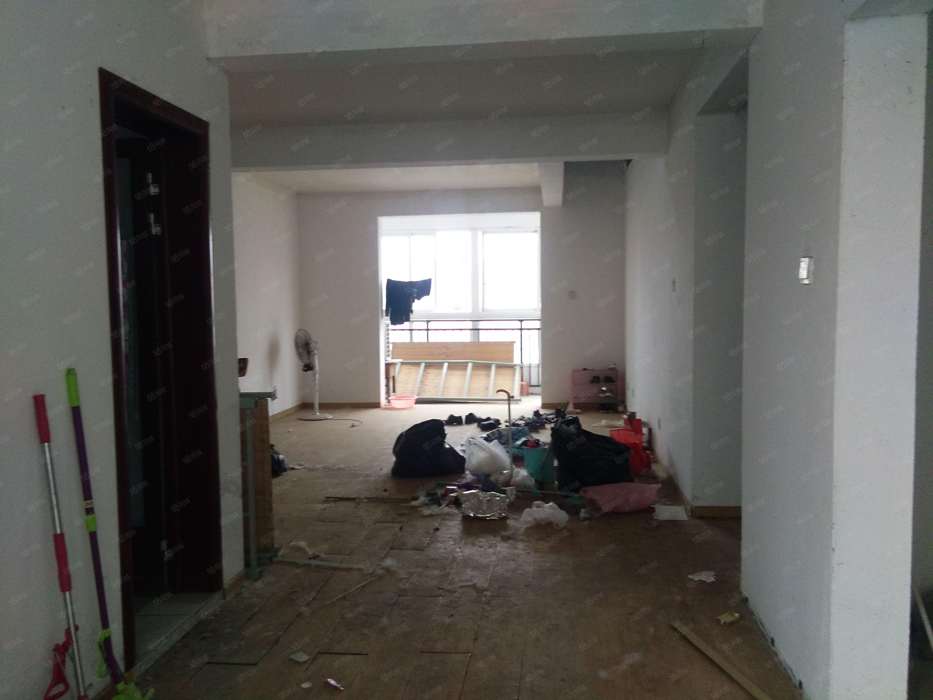 港丽西区6楼简装三室750元