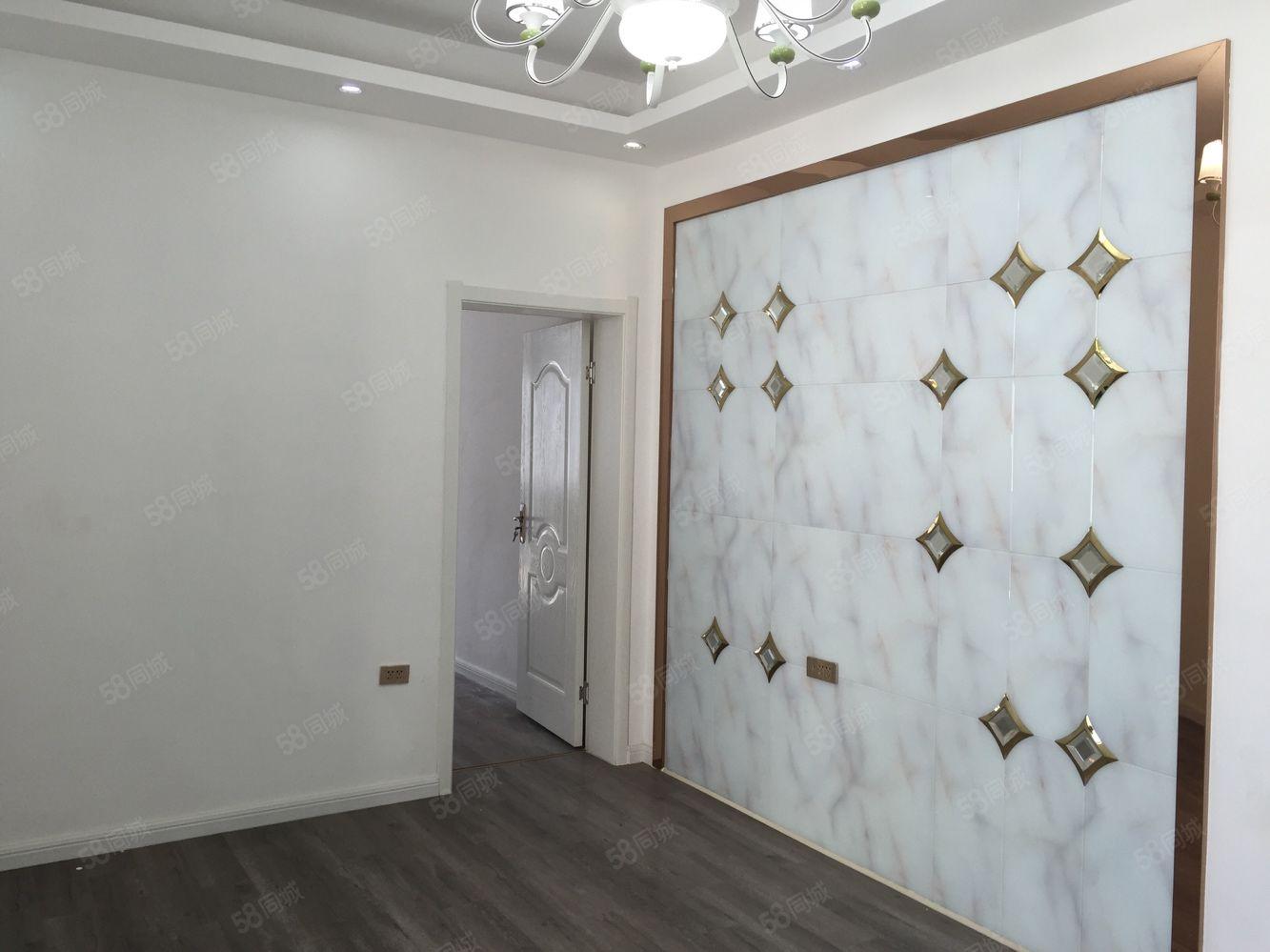 十字街精装两居室,南北通透,拎包入住报价31.8万。