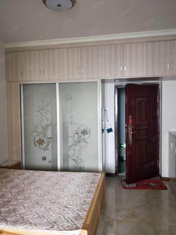 希尔顿公馆1室套房,长租900,短租1000每月