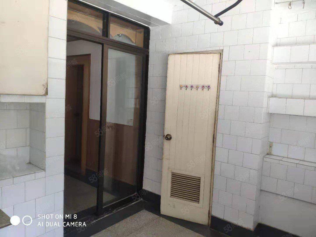 儿童医院旁烟厂D区2楼中装3房,有钥匙,随时看房
