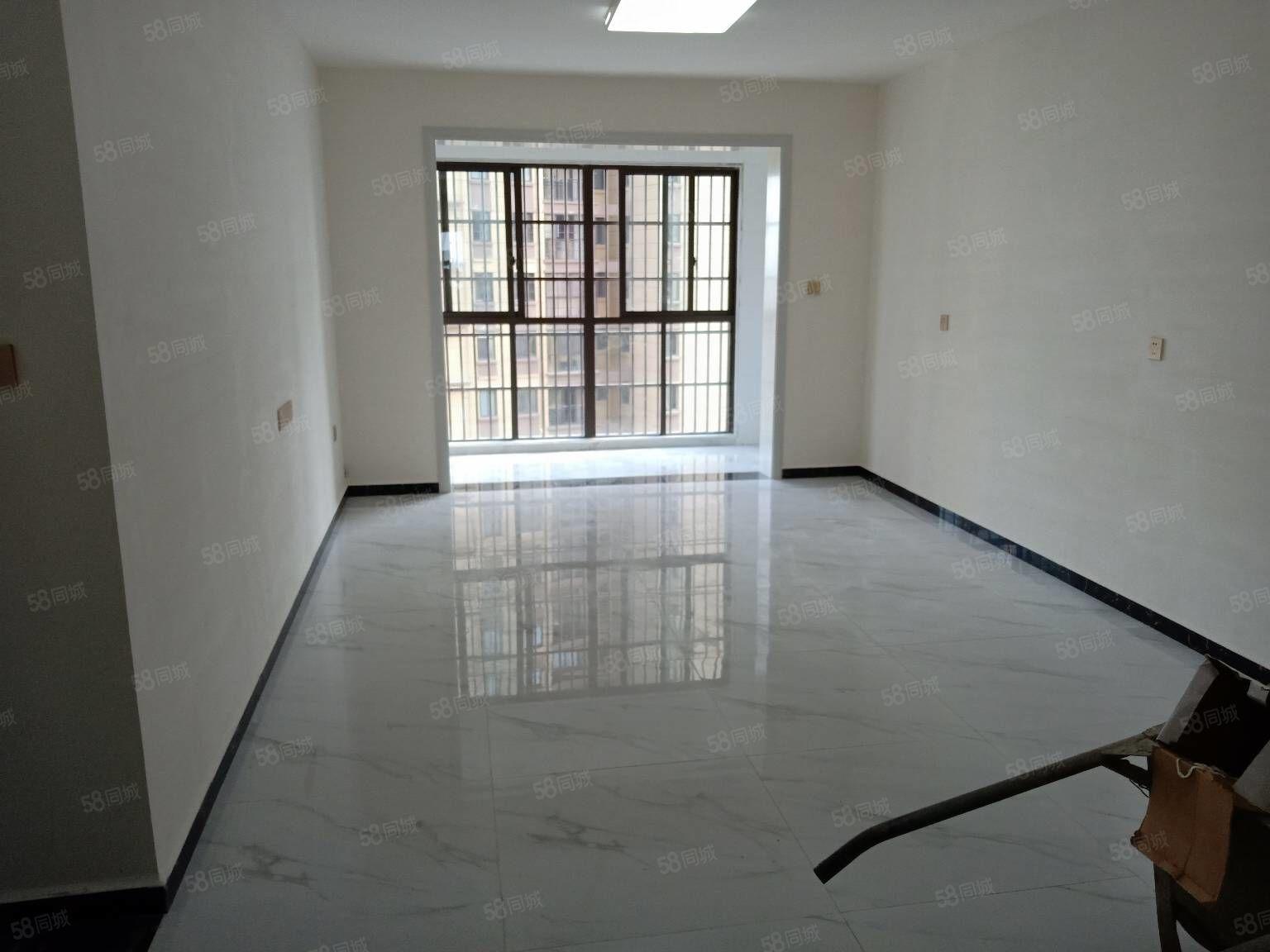 天筑廣場簡裝三室兩廳鋪的地板磚