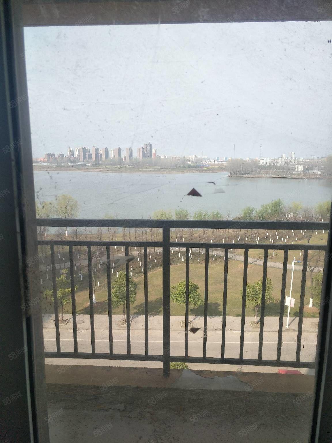 恒瑞城电梯西边户客厅朝黎明湖