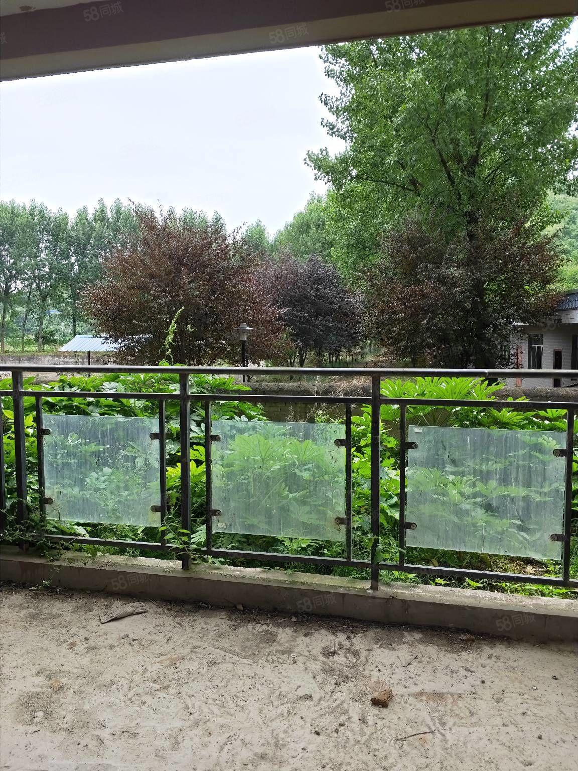 出售森林溪畔一楼144平方毛坏3室2厅2卫2花园.售价45万