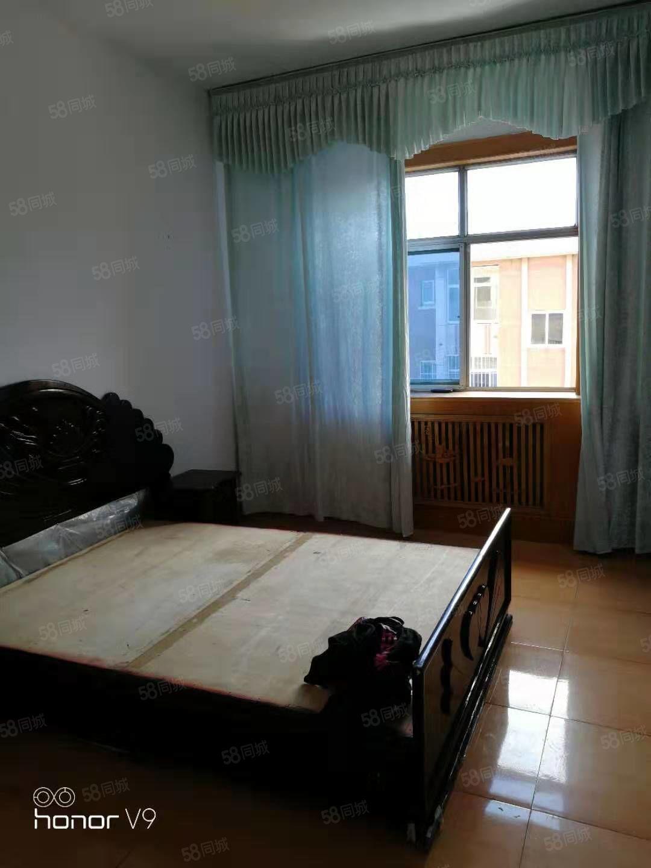 河乐小区四楼。带有储藏室。房屋干净。年付6000元。