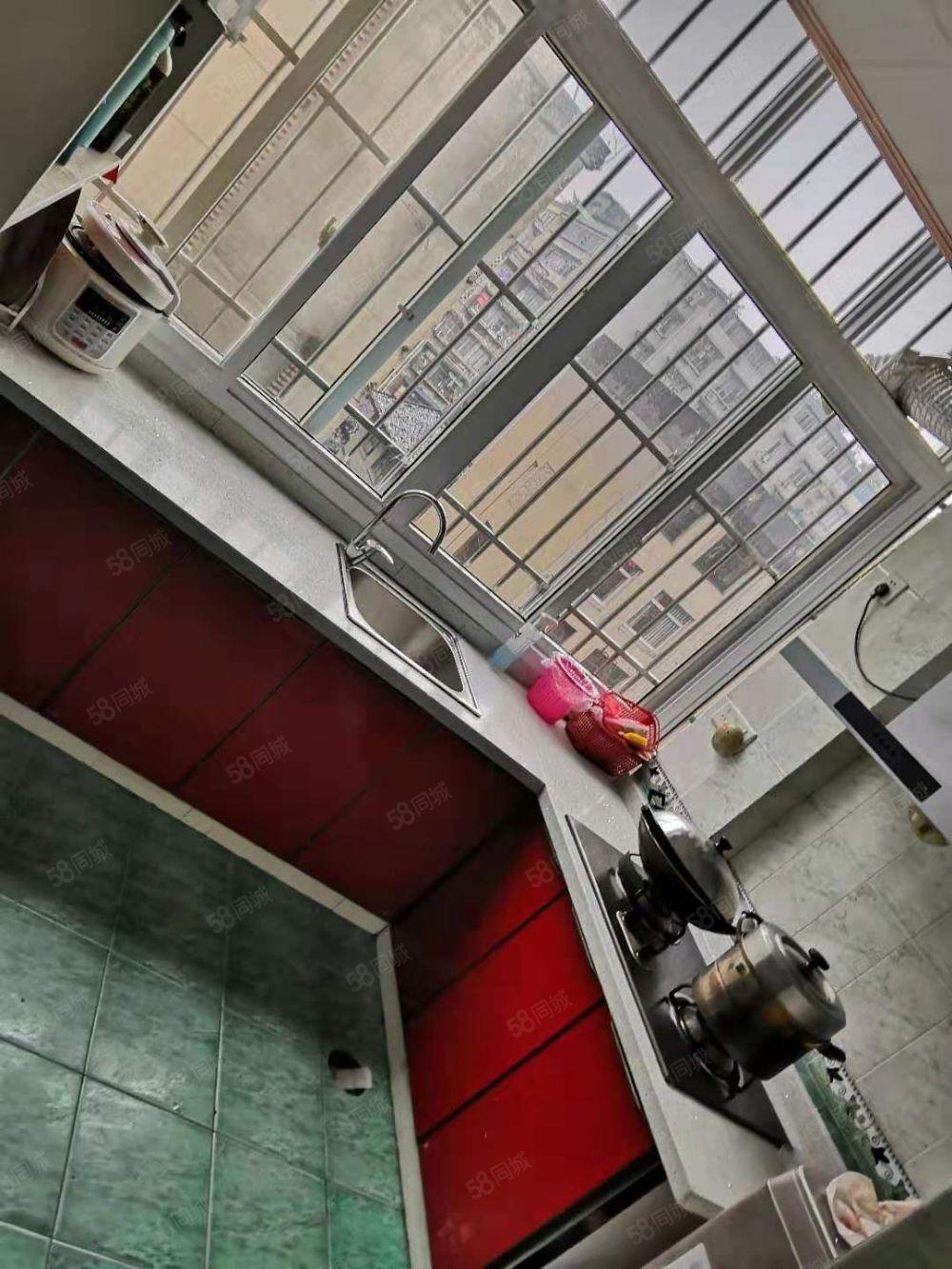 东街低楼层住家精装三室房龄新快要按电梯了