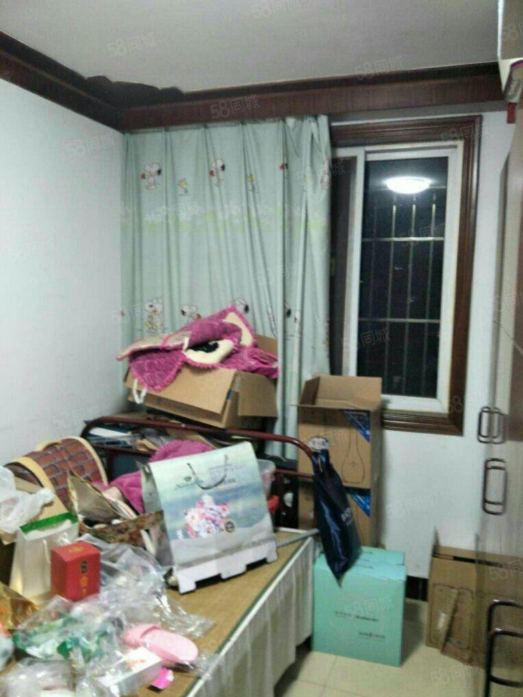大润发东边小区三室二厅此房有地上储12平方,可按揭