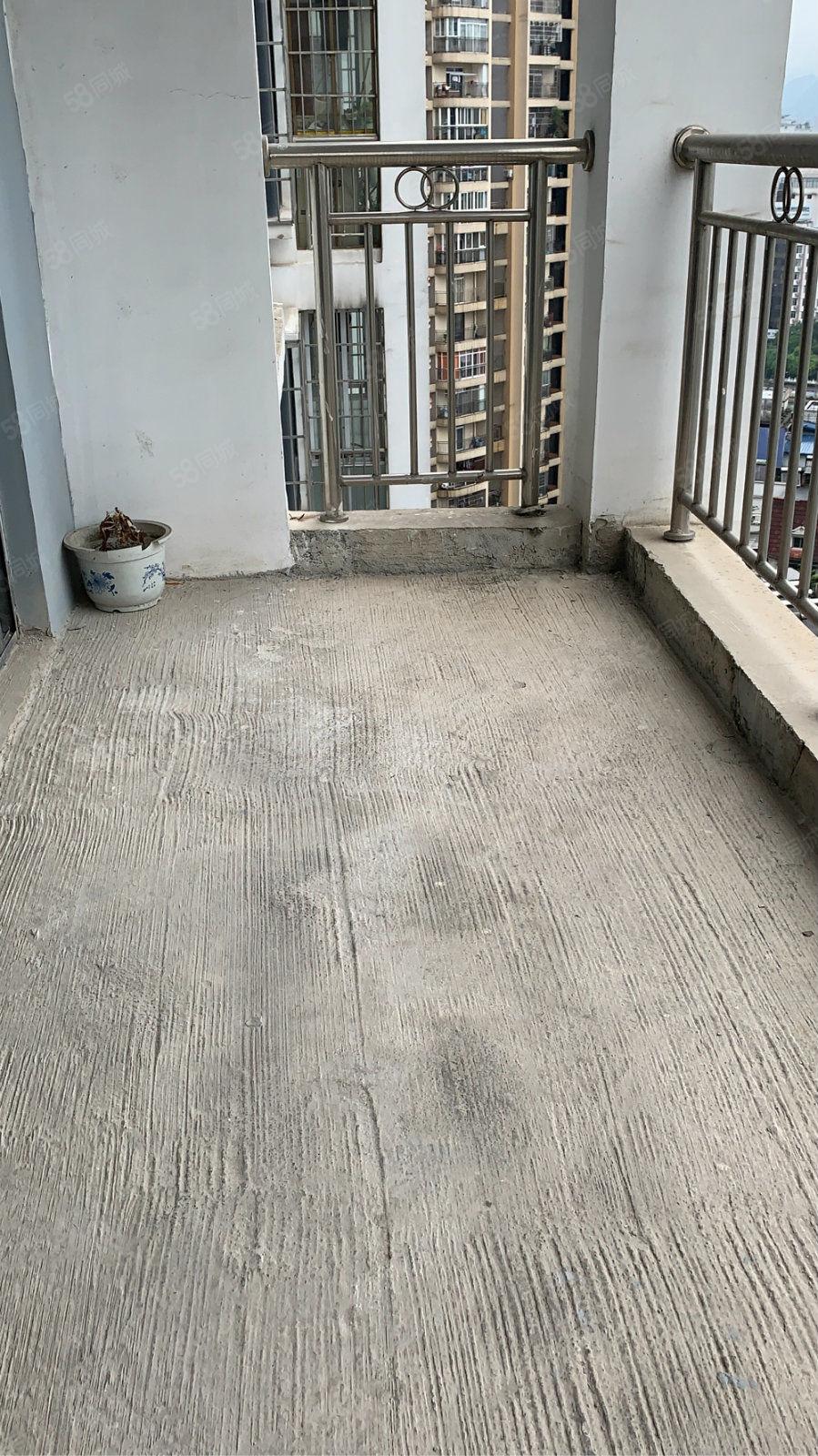 老火车站对面华鑫大厦大三室毛坯急售